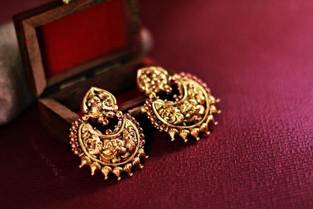 Conjunto de brincos de ouro indiano