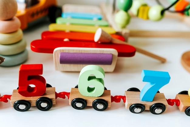 Conjunto de brinquedos de criança em uma prateleira branca