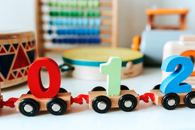 Conjunto de brinquedos infantis em uma prateleira branca