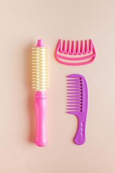 Conjunto de brinquedos infantis, secador de cabelo, pentes. conceito de brinquedos para meninas, cabeleireiro, salão de beleza infantil.