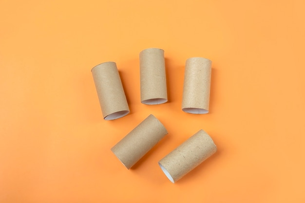 Conjunto de buchas do tubo do rolo de papel higiênico em fundo laranja. diy e crianças halloween criatividade. artesanato infantil. reciclagem de reutilização ecológica