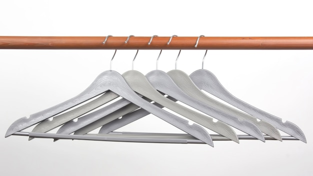 Conjunto de cabides cinza em um branco.