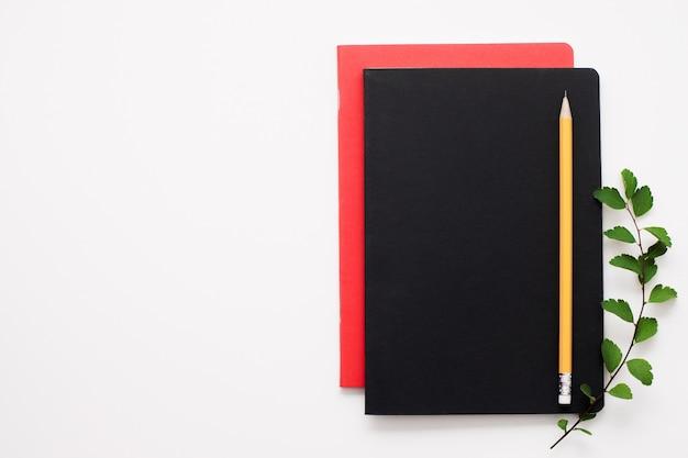 Conjunto de cadernos na superfície branca