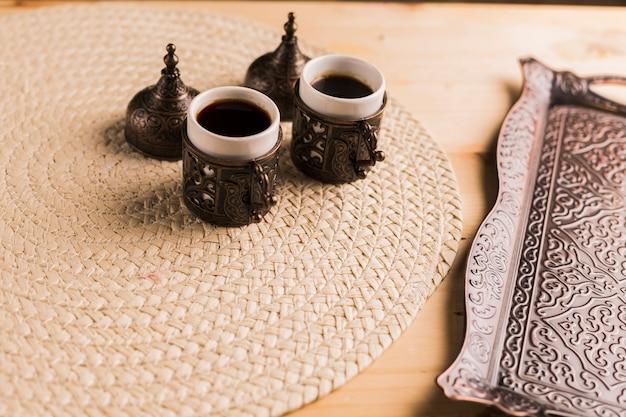 Conjunto de café da bandeja e duas xícaras de café