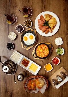 Conjunto de café da manhã com vários alimentos
