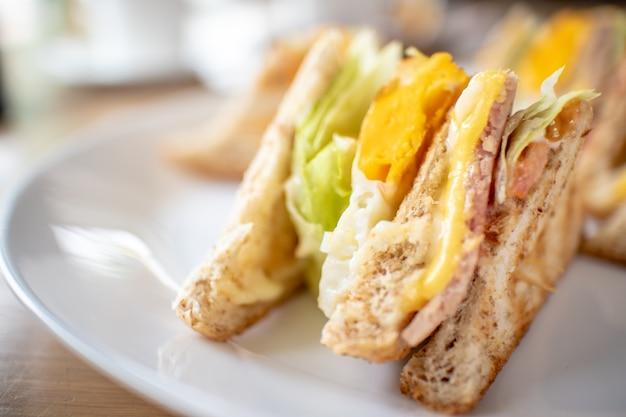 Conjunto de café da manhã de sanduíches.