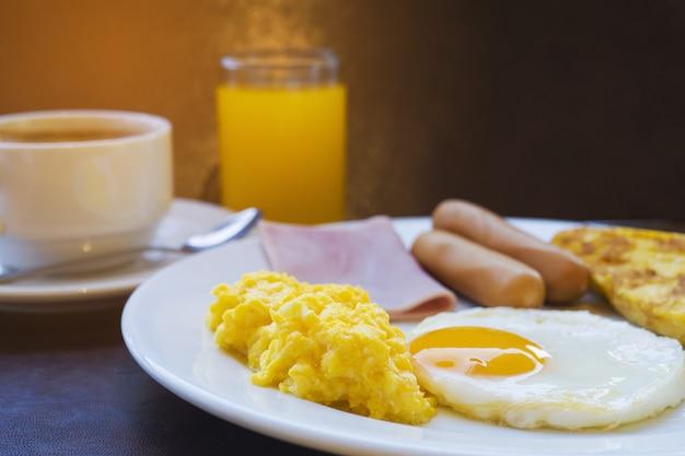 Conjunto de café da manhã do hotel