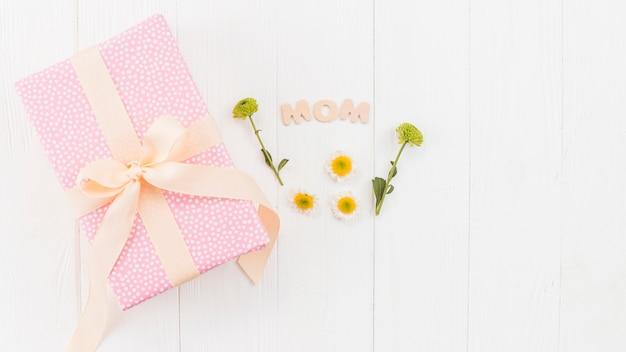 Conjunto de caixa de presente, palavra mãe e flores
