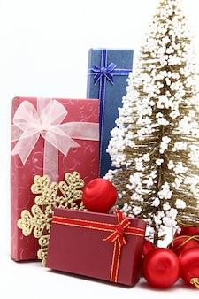 Conjunto de caixas de férias com árvore de natal e enfeite
