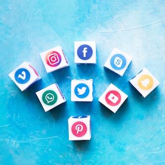 Conjunto de caixas de ícone de mídia social contra parede pintada
