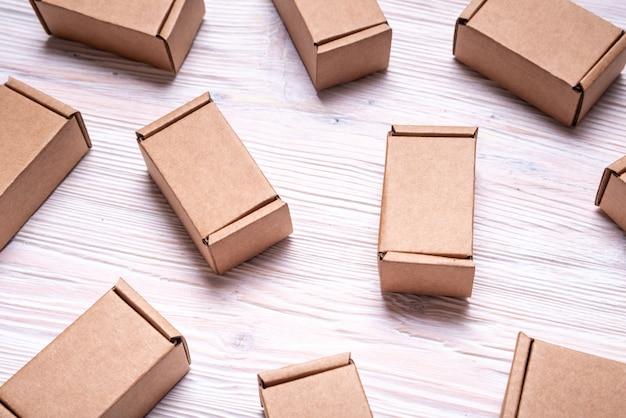 Conjunto de caixas de papelão com fundo de madeira