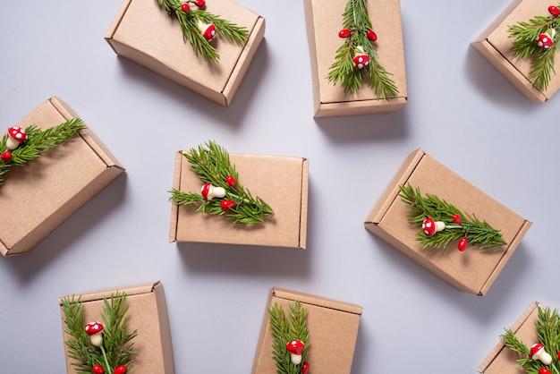 Conjunto de caixas de papelão decoradas com enfeites de árvore de natal em fundo cinza
