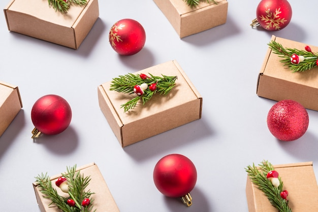 Conjunto de caixas de papelão decoradas com enfeites de árvore de natal