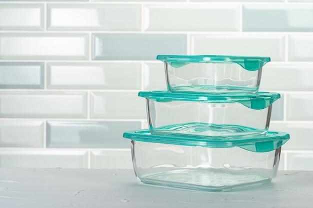 Conjunto de caixas de plástico de utensílios de cozinha no balcão da cozinha