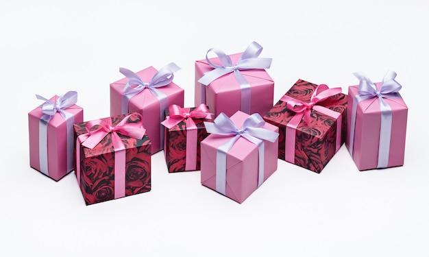 Conjunto de caixas de presente coloridas brilhantes com fitas na superfície branca copie o espaço para o texto