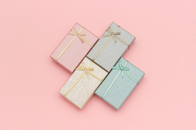 Conjunto de caixas de presente de cores pastel em fundo rosa, vista superior