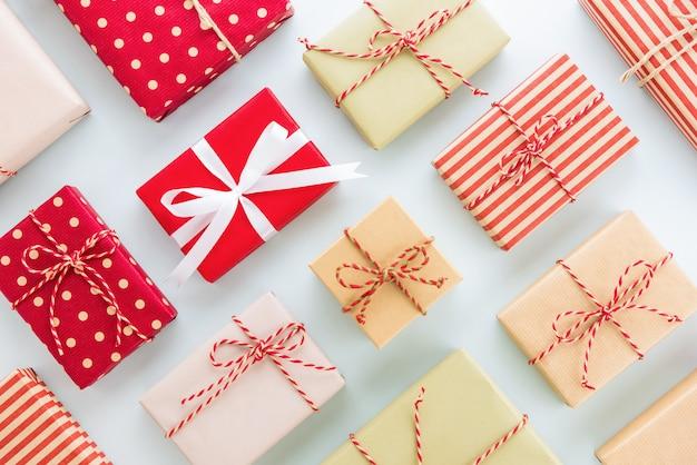 Conjunto de caixas de presente de feriado de natal e ano novo na luz de fundo azul, design plano leigo