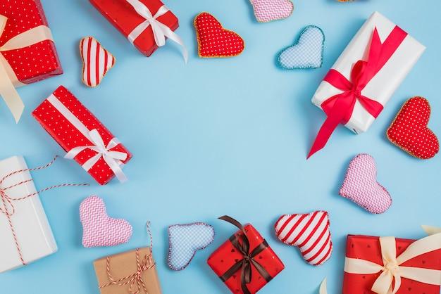 Conjunto de caixas de presente e corações de brinquedo