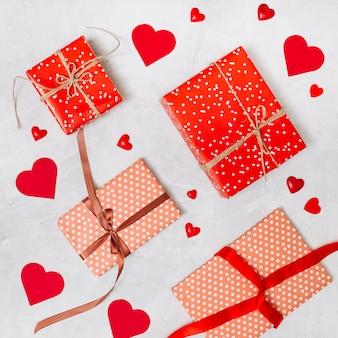 Conjunto de caixas de presentes e corações de ornamento