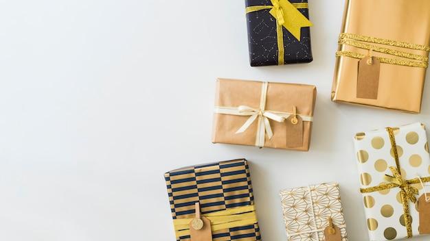 Conjunto de caixas de presentes em envoltórios com tags