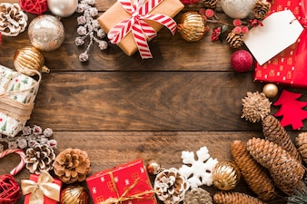 Conjunto de caixas de presentes em envoltórios de Natal perto de bolas de enfeite