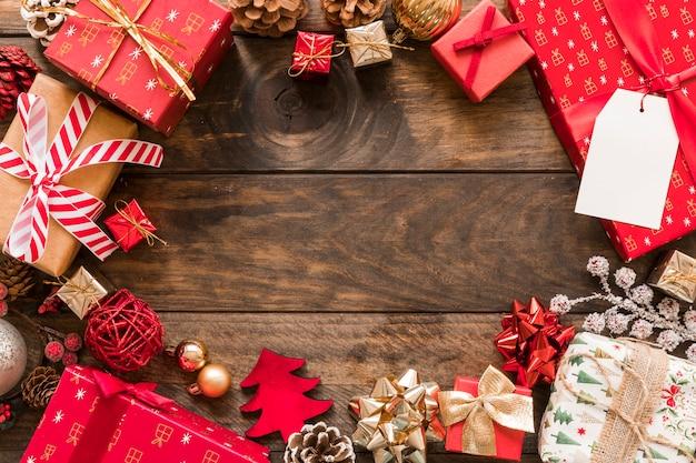 Conjunto de caixas de presentes em envoltórios de natal perto de senhos de ornamento