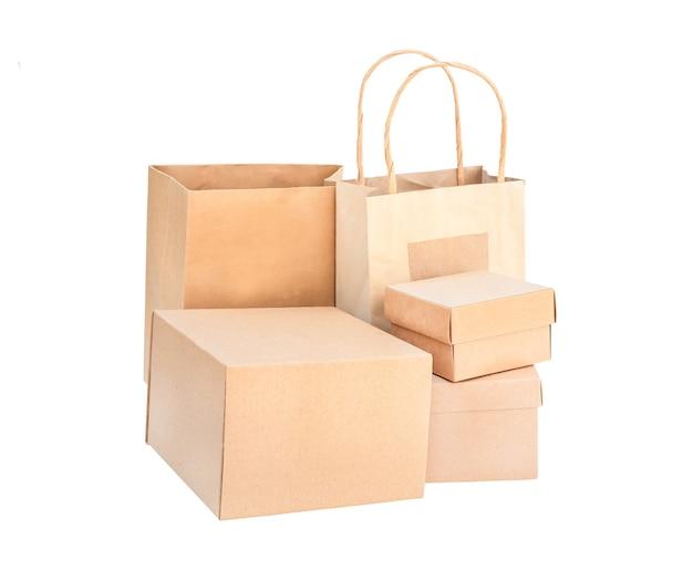 Conjunto de caixas e embalagens isoladas. caixas de papelão marrom e sacos ecológicos descartáveis em branco