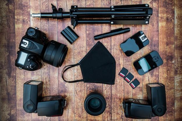Conjunto de câmera e equipamento fotográfico e máscara de proteção contra coronavírus