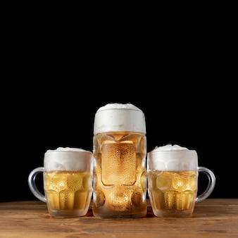 Conjunto de canecas de cerveja em uma mesa de madeira