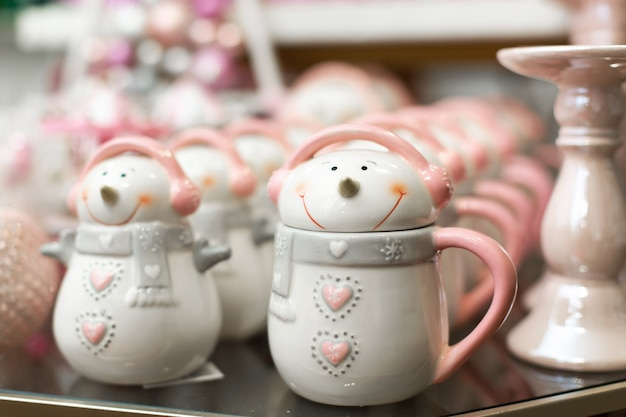 Conjunto de canecas em forma de bonecos de neve.