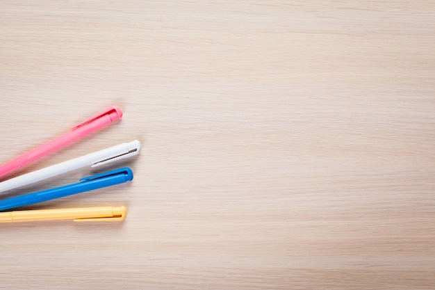 Conjunto de canetas coloridas na mesa