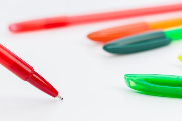 Conjunto de canetas isolado no branco