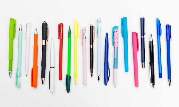 Conjunto de canetas isolado no fundo branco