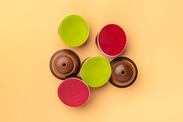 Conjunto de cápsulas de café, grãos torrados isolados em bege