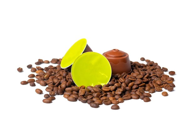 Conjunto de cápsulas de café, grãos torrados isolados no branco
