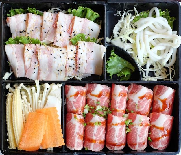 Conjunto de carne e vegetais na bandeja preta no churrasco, yakiniku e grill sukiyaki buffet restaurante