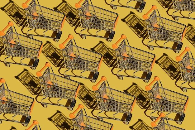 Conjunto de carrinhos de compras vazios em fundo amarelo