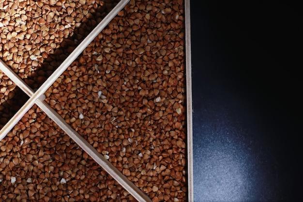 Conjunto de cereais de grão trigo sarraceno de arroz e sêmolas de milheto em bandeja de madeira
