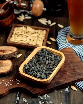 Conjunto de cerveja em cima da mesa