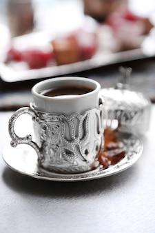 Conjunto de chá antigo com delícia turca na mesa