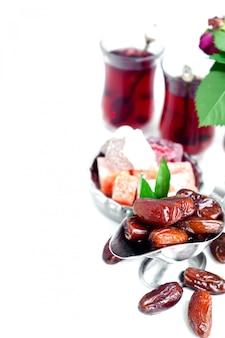 Conjunto de chá árabe tradicional e datas secas.