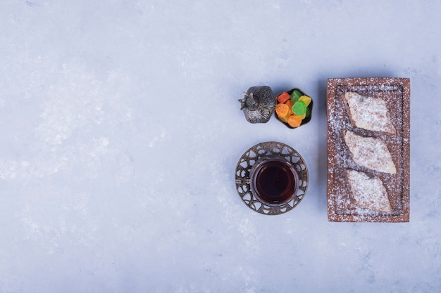 Conjunto de chá caucasiano com copo metálico e bandeja de pastelaria, vista superior