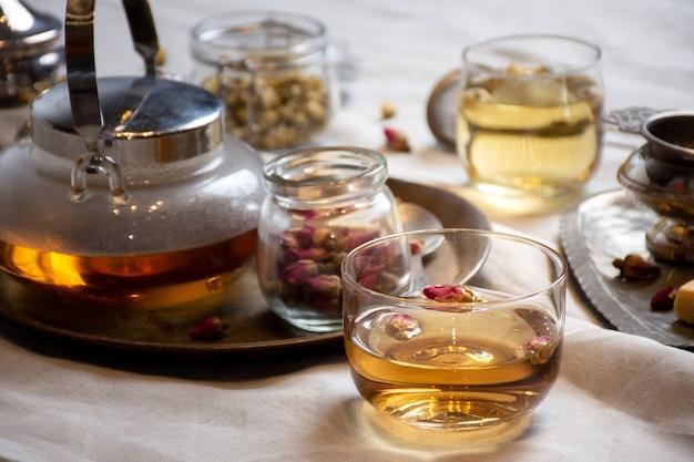 Conjunto de chá de ervas com rosas em uma tigela de vidro