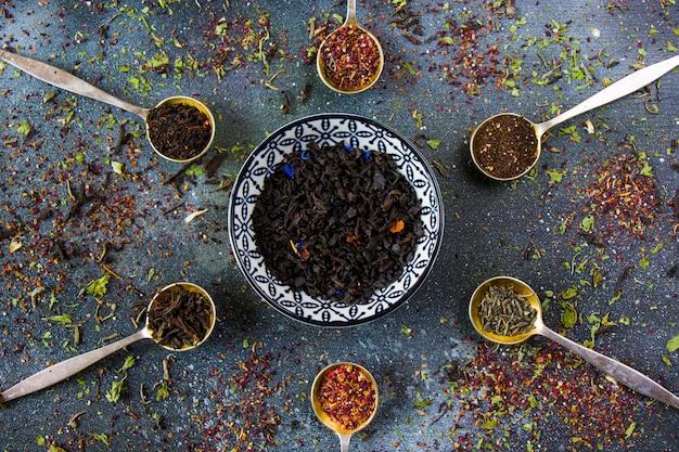 Conjunto de chá nas colheres de talheres vintage, vários tipos de chá, preto, flor, verde e chá de menta