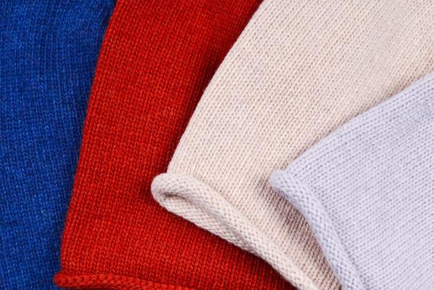 Conjunto de chapéus quentes e coloridos.