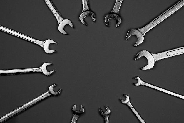 Conjunto de chave inglesa no fundo da mesa cinza. conceito de ferramentas manuais de oficina industrial.