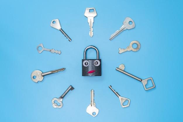 Conjunto de chaves com conceito de bloqueio engraçado, fundo azul