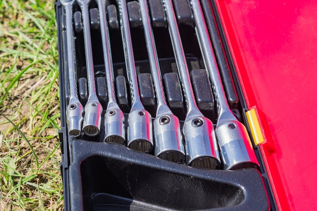 Conjunto de chaves de caixa em um caso, close-up de ferramentas de trabalhadores, foco seletivo
