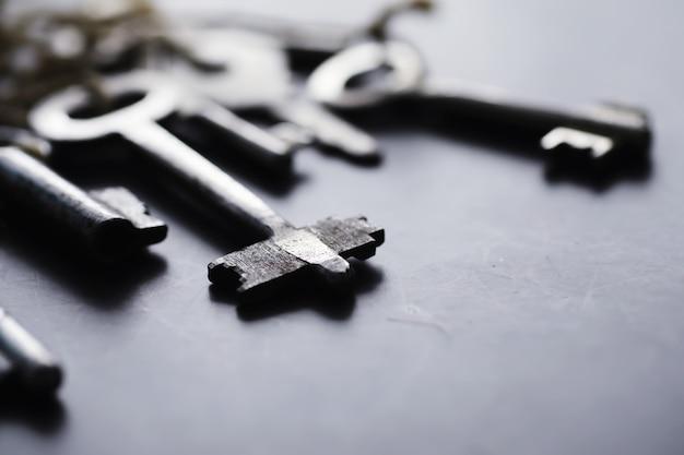 Conjunto de chaves vintage para uma fechadura. chaves retrô em um fundo de pedra escura. o conceito de escolher o caminho para atingir o objetivo.