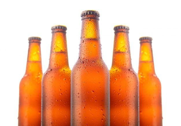 Conjunto de cinco garrafas de cerveja isolado no branco